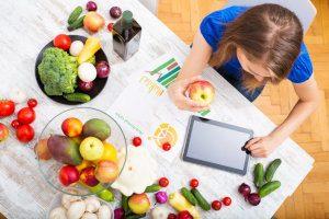 Frau mit frischem Obst und Gemüse