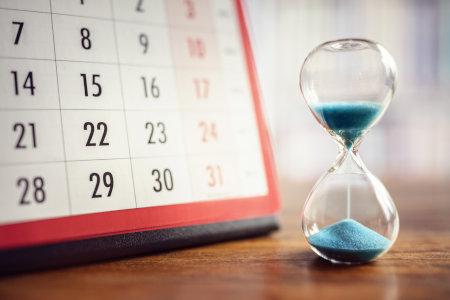 Kalender und Sanduhr