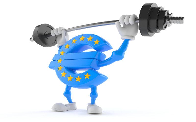 Euro Männchen stemmt Hantel mit beiden Armen