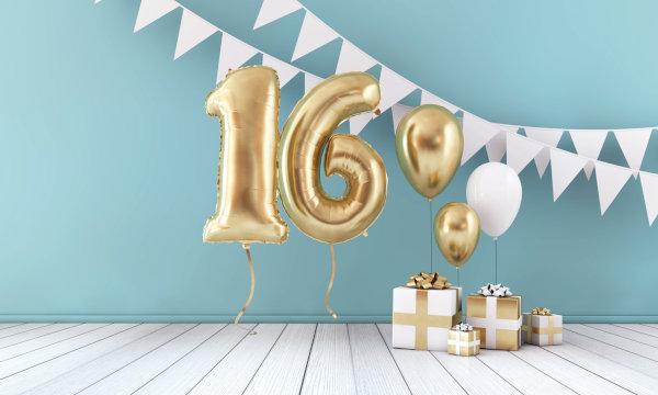 Luftballons in Form einer Sechzehn und Geschenke