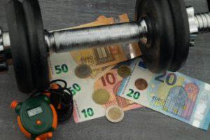 Geld, Hantel und Stoppuhr