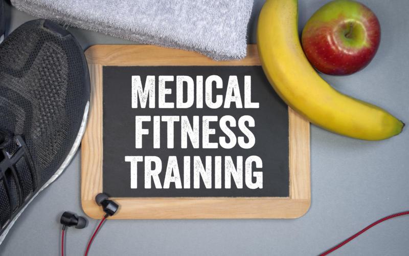 Kreidetafel mit Sportschuhen und Obst Medical Fitness Training