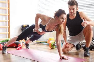 Perosnal Trainer trainiert Frau