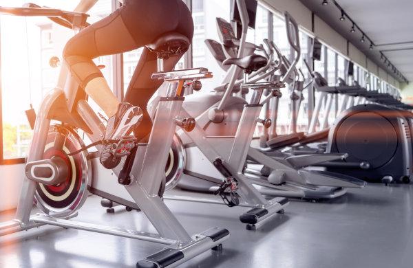 Fitnessstudio mit vielen Hometrainern