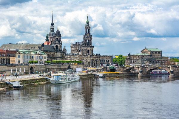 Foto der Stadt Dresden mit der Elbe im Vordergrund