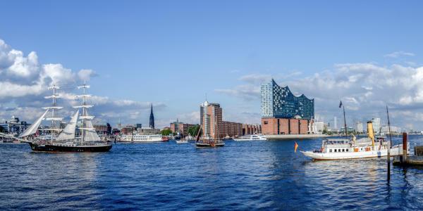 Hafen der Stadt Hamburg mit Schiffen, Elbphilharmonie und der Speicherstadt