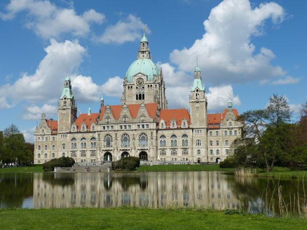 Rathaus der Stadt Hannover bei Sonnenschein