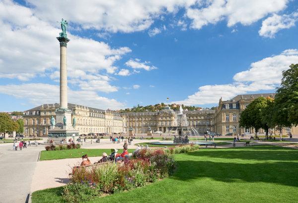 Schlossplatz Stuttgart bei Sonnenschein