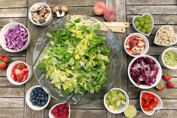 Tischen mit Obst, Gemüse und weiteren gesunden Lebensmitteln