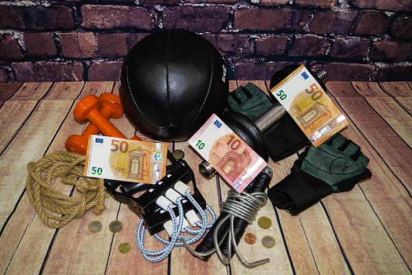 Fitnessgeräte, Geldscheine und Münzen