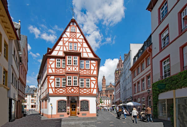Die Stadt Mainz und schöne Fachwerkhäuser