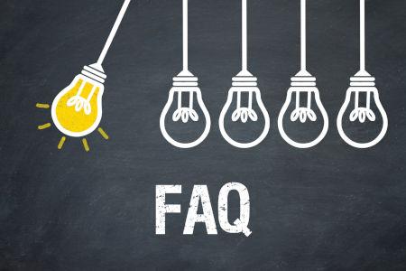 FAQ Schrifzug und 5 Glühbirnen von denen eine leuchtet