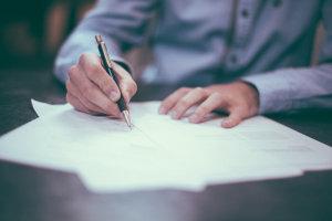 Mann unterzeichnet Allgemeine Geschäftsbedingungen