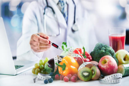 Ernährungsberater erläutert Obst und Gemüse